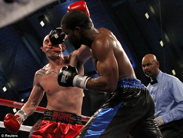 Name:  268976-lavarn-harvell-knockout-punch-smashes-tony-pietrantonio-s-face-in-temp.jpg Views: 686 Size:  78.8 KB
